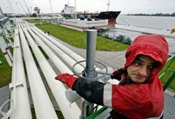 Петролът стабилно над $52 преди данните за запасите в САЩ