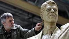 Триметров паметник на Клинтън издигат в Прищина