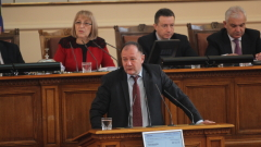 Общите приказки не изместват усещането за безпътица, критикува Миков герберите