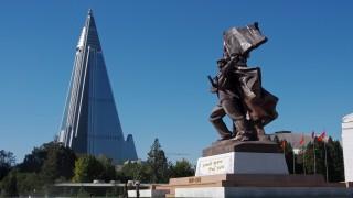 """Северна Корея """"открехна вратата"""" около най-голямата забележителност в Пхенян"""