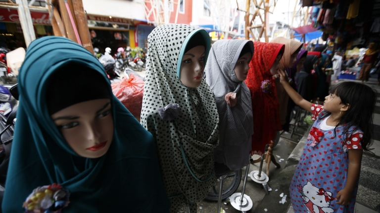 Пазарджик разбулен в първия ден от забраната на бурките
