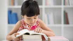 Децата, заобиколени от книги, печелят повече, когато пораснат