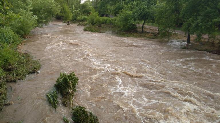 Проливни дъждове наводниха имоти в две бургаски села