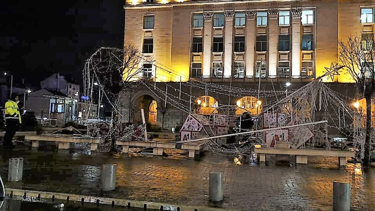 Падна коледната украса на ларгото до ЦУМ в столицата