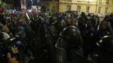 Напрежение между протестиращи и полиция пред старата сграда на парламента