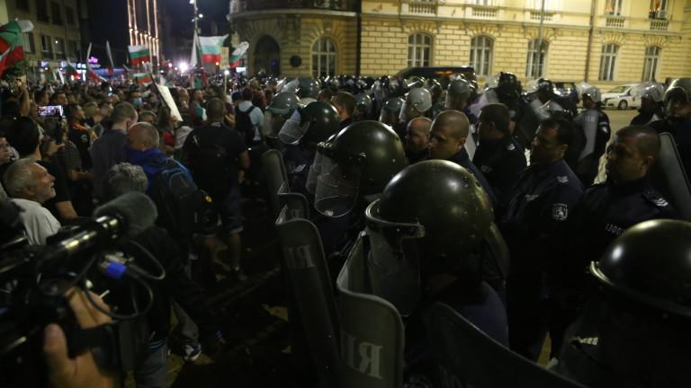 Повишено е напрежението между протестиращи и полиция пред старата сграда