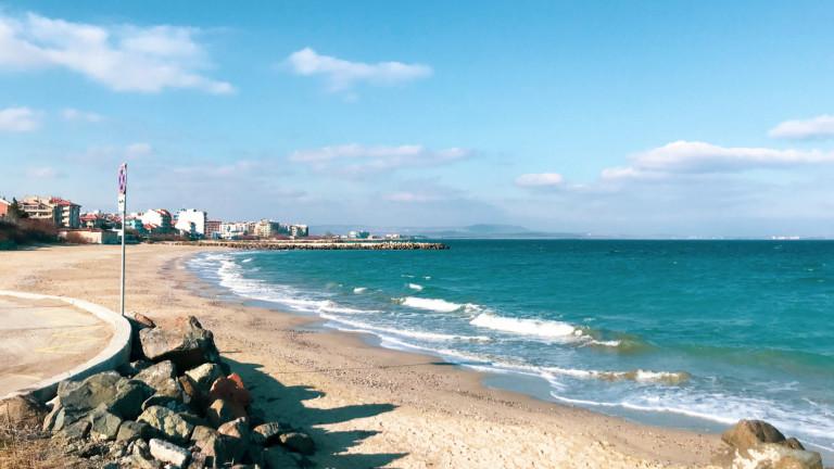 Концесионерът на централния плаж във Варна алармира за замърсяване с