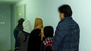 20 мигранти задържани пред болницата в Кнежа