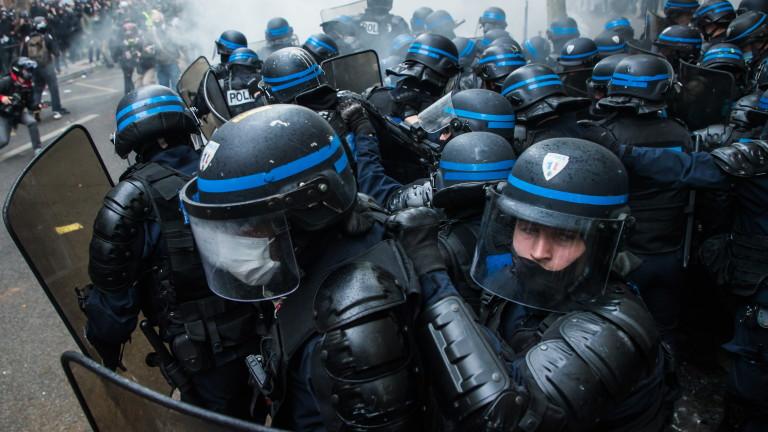 Групи от агресивни млади хора предизвикаха сблъсъци в центъра на