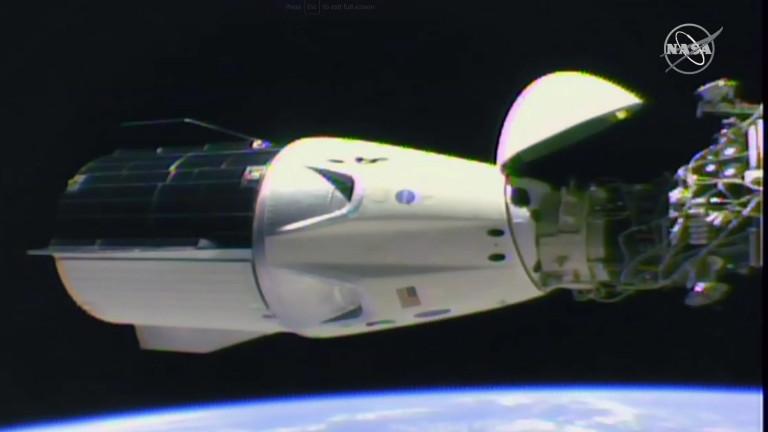 Капсулата Dragon на SpaceX успешно се скачи с МКС