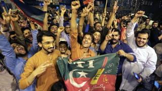Бившата звезда в крикета Имран Хан води след изборите в Пакистан