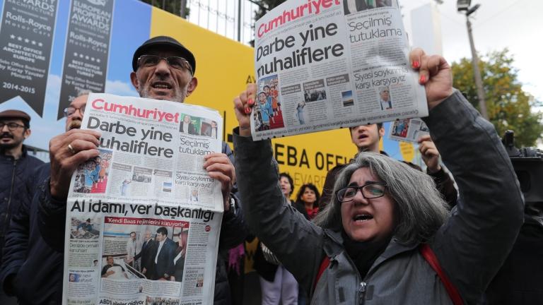 """Няма да се предадем, закани се опозиционният вестник """"Джумхюриет"""" на Анкара"""