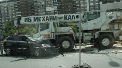 """Кола се заби в кран при ремонтен участък на столичното """"Цариградско"""""""