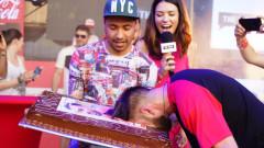 СкандаУ-ният Тото си заби главата в тортата за рождения си ден