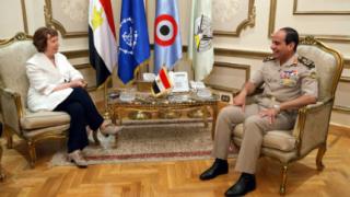 Катрин Аштън е разговаряла два часа със сваления египетски президент