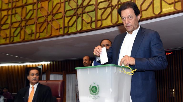 Пакистанските депутати избраха бившия играч по крикет Имран Хан за