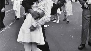 Медсестрата от култова снимка от Втората световна ще поведе парад на ветерани