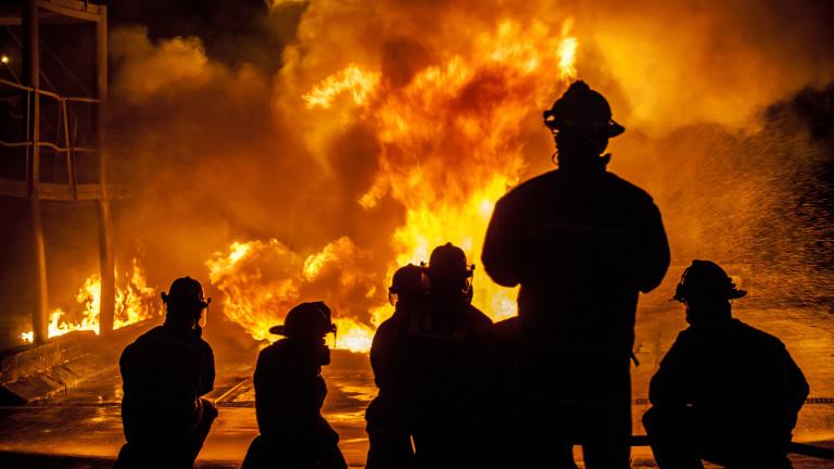 Най-малко 18 души са били ранени при пожар в блок