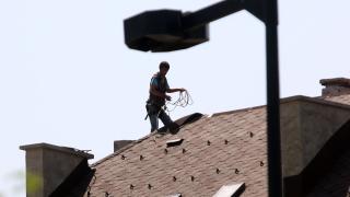 Силен вятър отвя покрив на детска градина в Ботевград