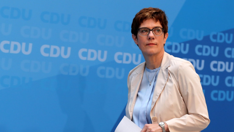 Шефът на партията на Меркел наследява Фон дер Лайен като военен министър