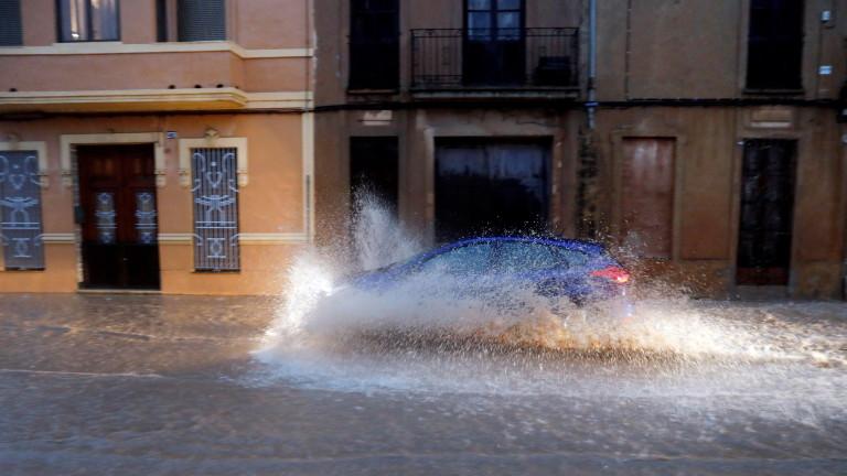 Тежки наводнения удариха Източна Испания, съобщиха световните информационни агенции. Засегнати