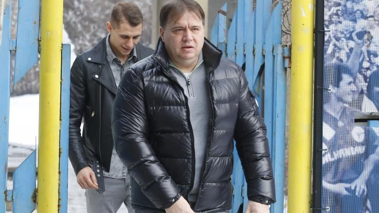 Словесната война, която се води между изпълнителния директор на Левски