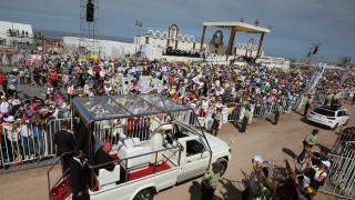 Папа Франциск слезе от папамобила заради пострадала полицайка