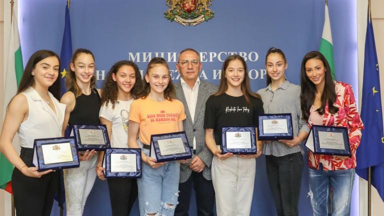 Министър Кузманов награди състезателките от националния отбор по художествена гимнастика за успехите на Европейското първенство във Варна