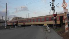 Влак блъсна и влачи мъж край Казанлък
