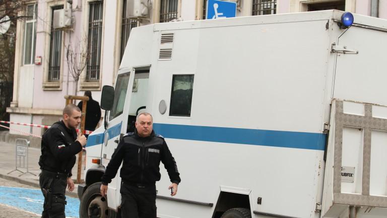 """От фондация """"Тракия"""" се оплакват, че властите изземат колекцията на Божков в сандък"""