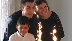 Роналдо празнува с майка си и сина си