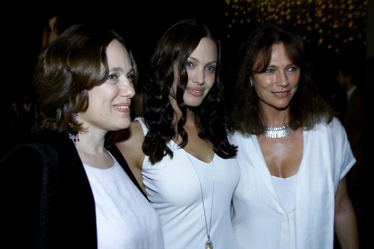 Анджелина и майка й (отляво)