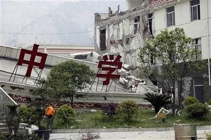 Гневни родители в Китай търсят виновни за лошо строителство