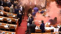 Сблъсъци и димки в парламента на Албания