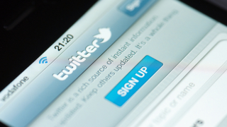 За първи път през годината акциите на Twitter надминаха $20