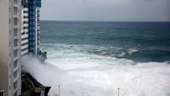 Гигантски вълни пометоха балкони на блок в Тенерифе