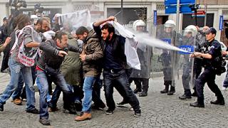 """Полицаи """"изкъпаха"""" въстанали студенти в Турция"""