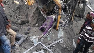 Стотици затрупани след рухване на сграда в Индия