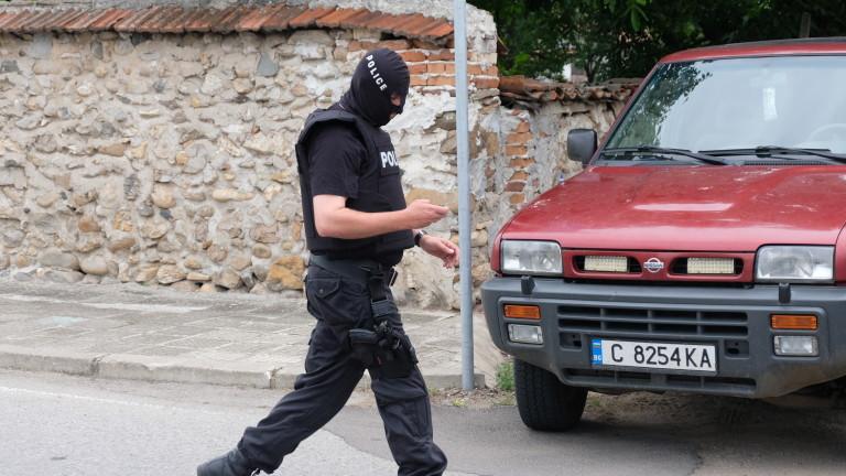 Полицаи са простреляли в крака със стоп-патрон агресивен мъж в