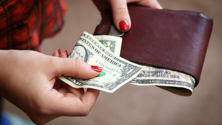 Защо повечето американци живеят от заплата до заплата?