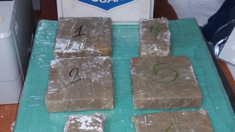 Митничари откриха над 2 кг хероин при проверка на автобус