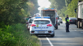 2 души загинаха при челен удар между две коли край Микре