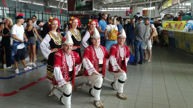 Фолклорен флашмоб посрещна пристигащите българи и чужденци на летище