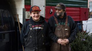 Семейството, което ежегодно пътува хиляди километри, за да продава коледни елхи