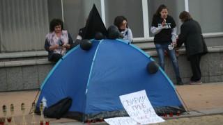 Палатките на майките остават до гласуването в парламента