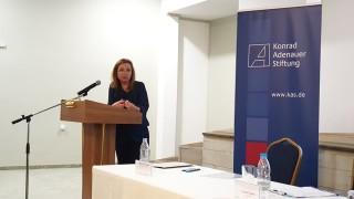 Зорница Русинова: Държавата няма да отнема деца от семействата им