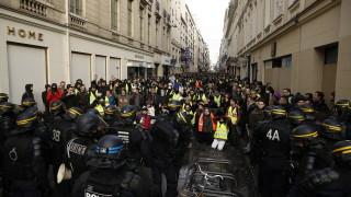 """Полицията в Париж използва сълзотворен газ срещу """"жълтите жилетки"""""""