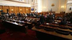 Депутатите решават за заплатите на държавните чиновници
