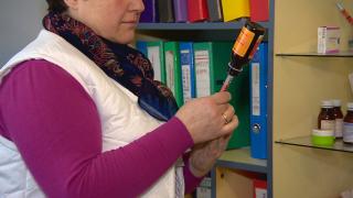 Учат сестри в училище как се слага инсулин