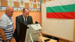 Радан Кънев гласува машинно и призова всеки да гласува
